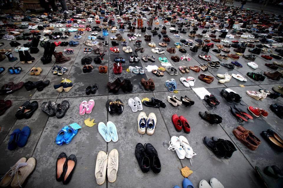 demonstrerar genom att lämna sina skor i paris
