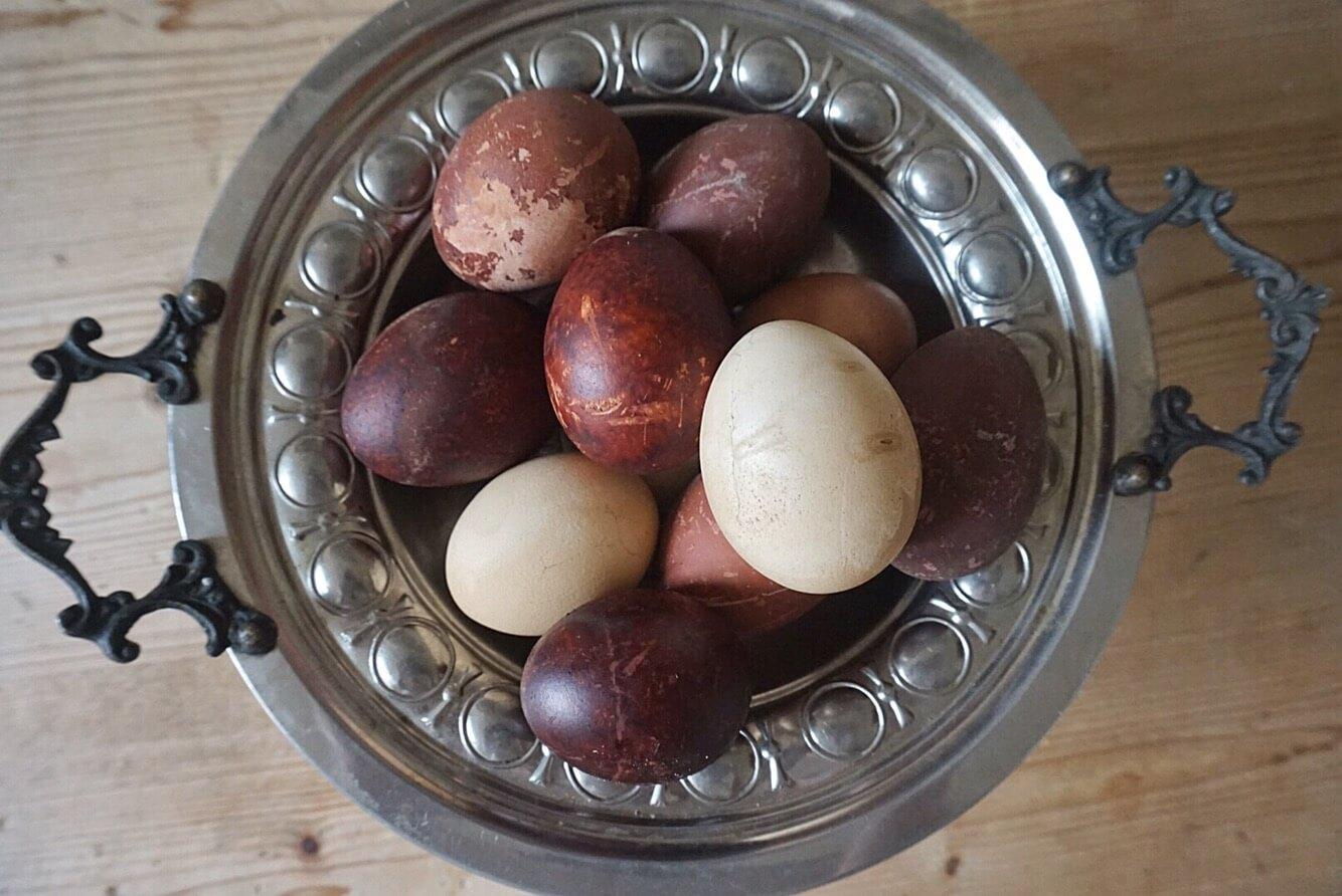 Färga äggen med lökskal i påsk